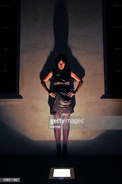 Frau im Scheinwerferlicht