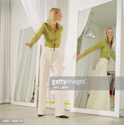 Woman in store fitting room foto stock getty images for Specchio woman abbigliamento