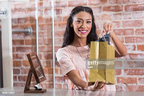 Femme dans un magasin tenant panier au de départ