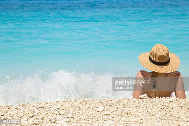Femme en été chapeau sur la plage