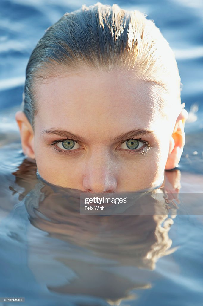 Woman in swimming pool : Stock-Foto