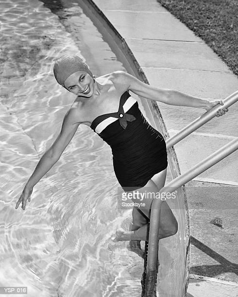 Donna in piscina in posa sulla procedura