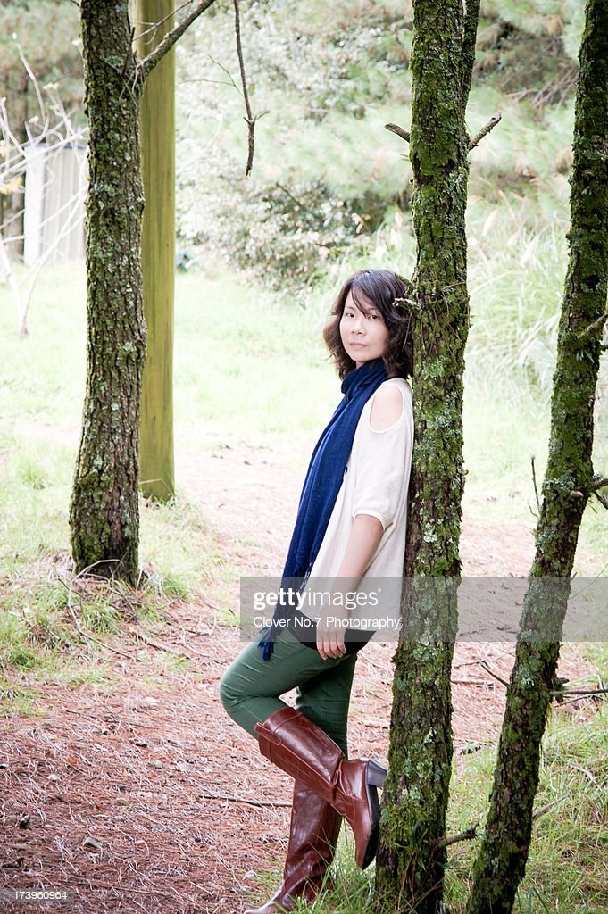 Woman in the forest : Bildbanksbilder