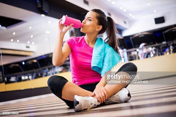 Mujer en el gimnasio hidratantes