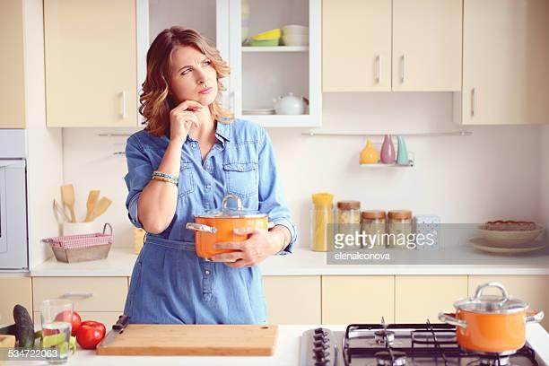 Frau in der modernen Küche zu