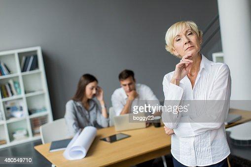 Mulher no escritório : Foto de stock