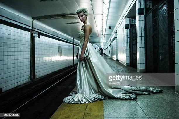 女性の地下鉄