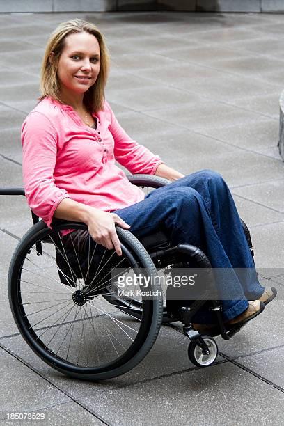Frau im Rollstuhl Schaukeln Rücken Wheelie