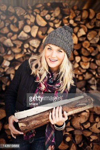 女性の交番前、薪の山