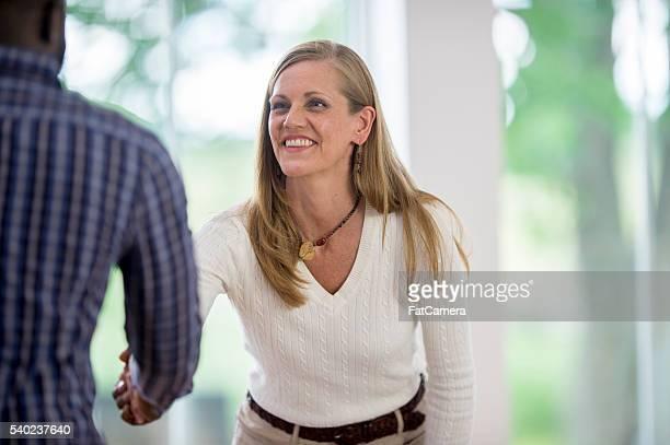Una donna è un colloquio un nuovo candidato per l'occupazione