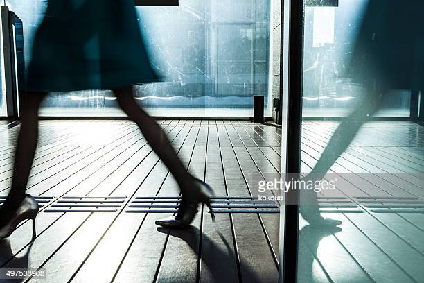 女性はガラスドアが簡単な反射