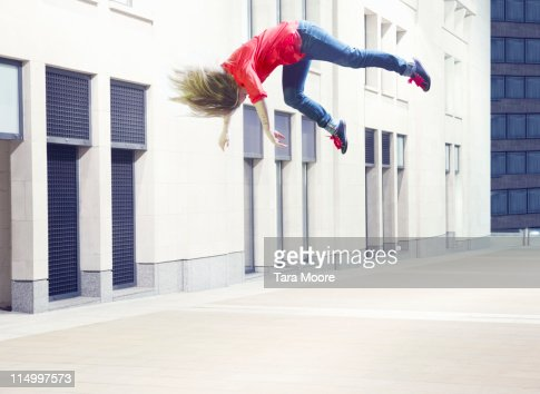 woman jumping in city : Bildbanksbilder