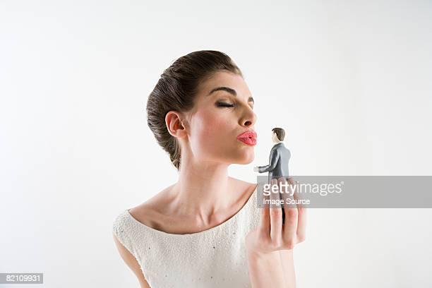 Femme embrasser le marié figurine