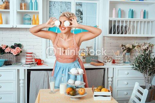 Frau Kuche Comic Sie Marshmallows In Die Augen Stock Foto Thinkstock