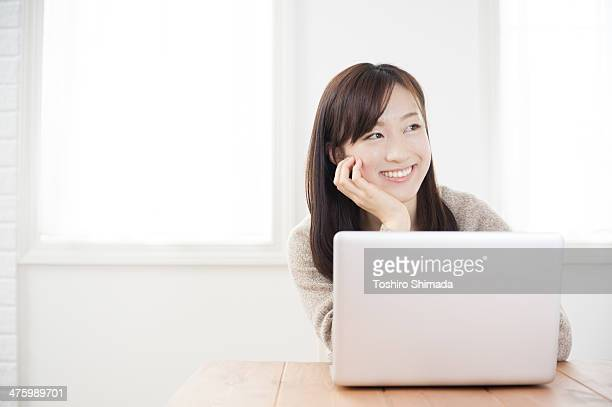 A woman laptoping on the table