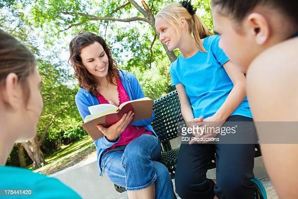 Bible d'étude femme avec un groupe de jeunes filles