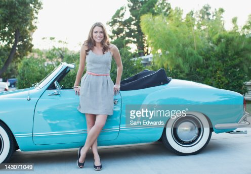 Woman leaning against convertible : Stock-Foto
