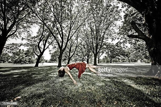 Frau Levitating in einem Wald.