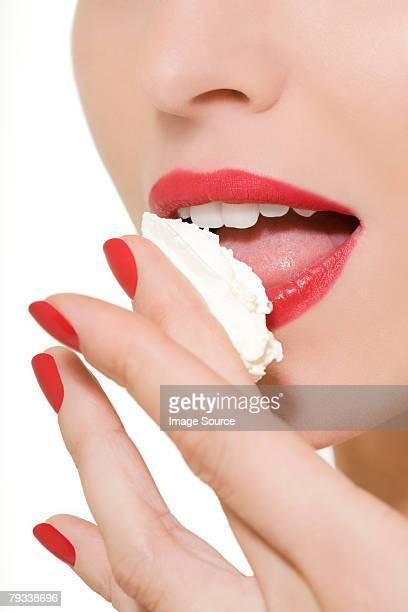 Donna Leccare crema sul dito
