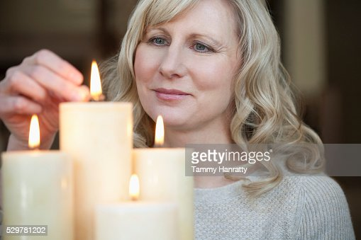 Woman lighting candles : Stock-Foto