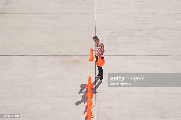 Mulher, alinhando cones de Trânsito
