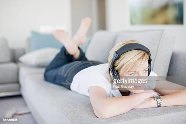 Donna ascoltando le cuffie nel salotto