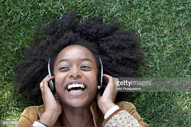 Frau hören Musik liegen auf Gras