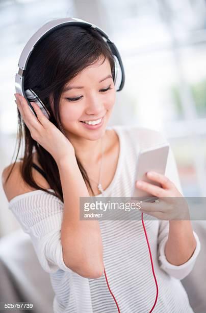 Frau Musik hören auf Ihr Handy