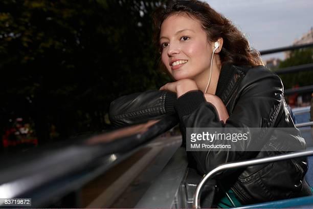 Femme écoutant de la musique sur bus à toit ouvert
