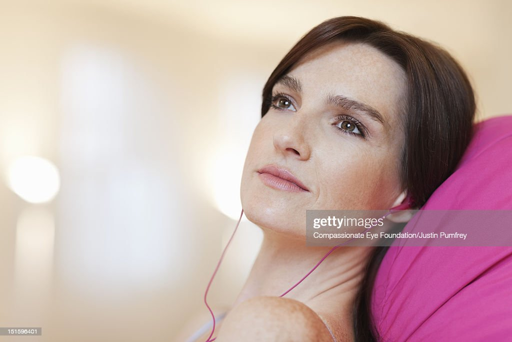 Woman listening to music with headphones, close up : Photo