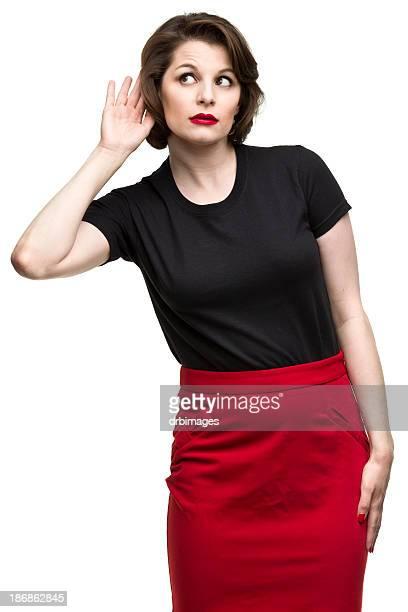 Donna con la mano all'orecchio ascolto