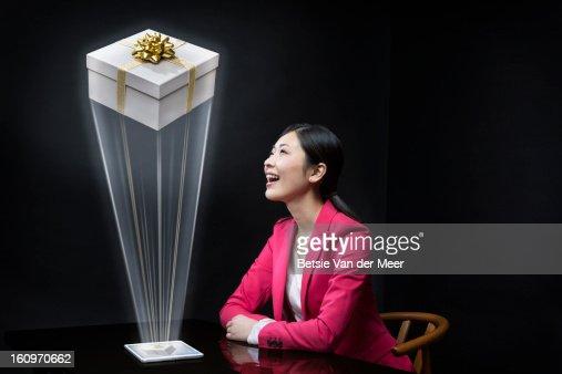 Woman looking at 3D package,send by wireles tablet : Foto de stock