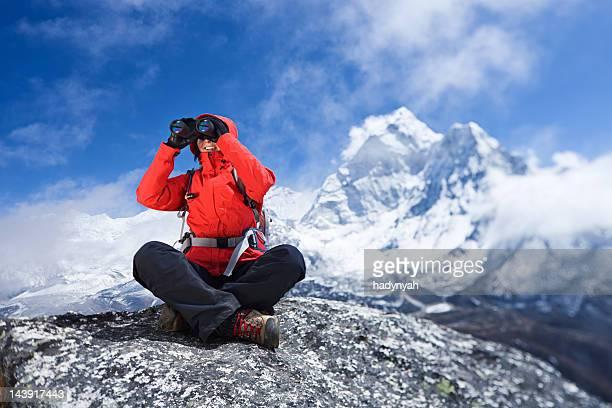 Frau blickt auf Berg Ama Dablam, Mount Everest National Park
