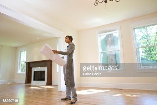 Frau Blick in die Werkzeuge im neu erbauten Hause : Stock-Foto