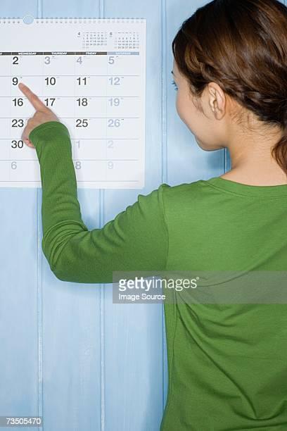 Femme à la recherche sur le calendrier