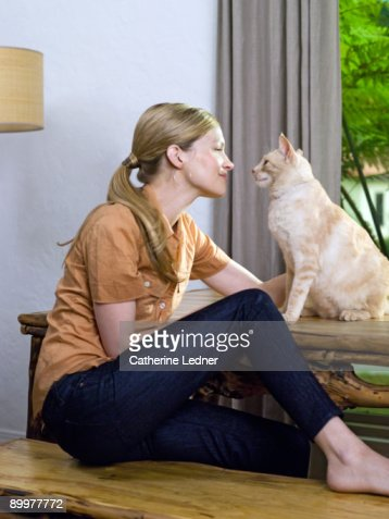 Woman looking at cat (Felis catus) lovingly : Stockfoto