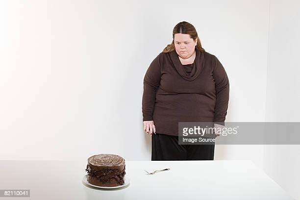 Frau blickt auf Schokoladenkuchen