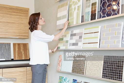 Woman looking at color swatches : Foto stock