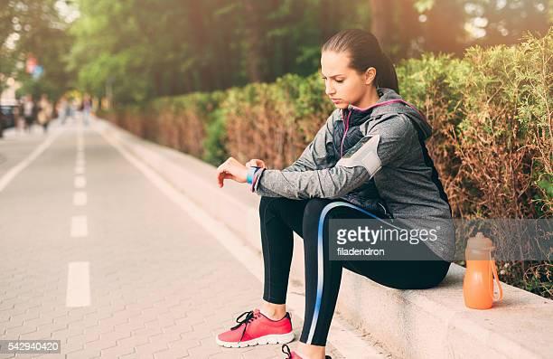 Femme regardant à son sport montre