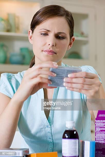 Femme à la recherche en médecine Paquet