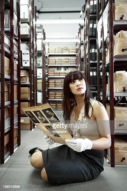 Frau auf der Suche in alten Bilder