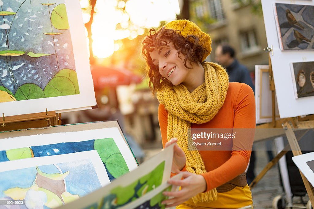 Woman Looking at paintings at Place du Tertre, Mon : Stock Photo