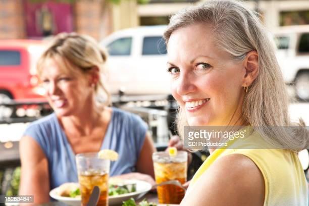 バックがお望みの女性屋外レストラン」での昼食