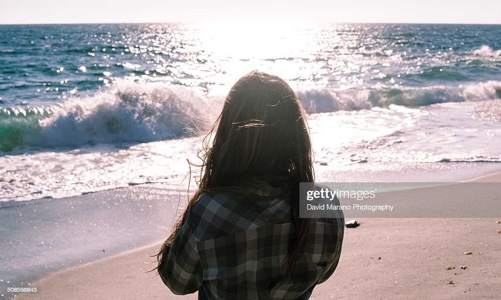 Woman looking out at the ocean : Stock-Foto