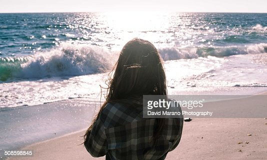 Woman looking out at the ocean : Foto de stock