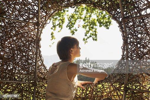 Frau schaut Fenster nest tree house
