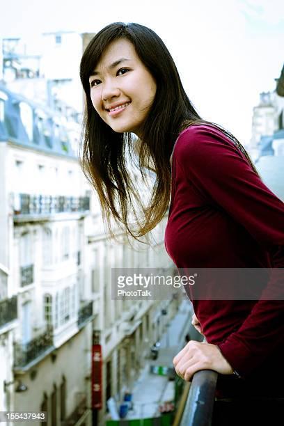 Frau schaut aus Balkon-XL