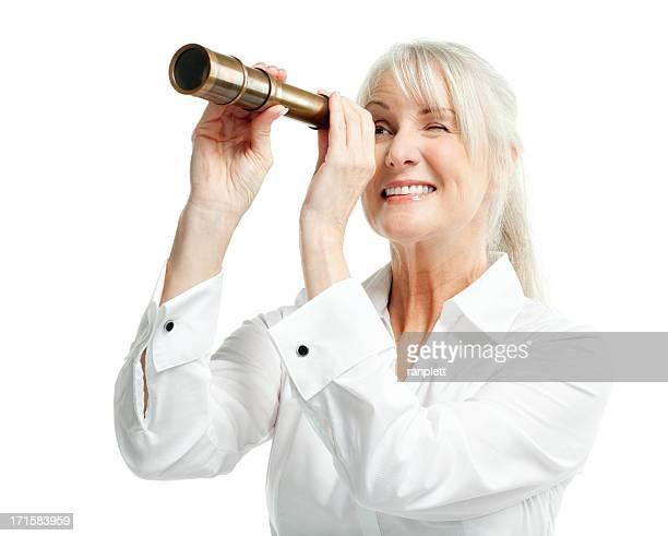 Femme à la recherche par le biais de télescope-isolé