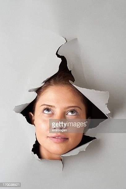 Femme à la recherche par le biais de papier Déchiré