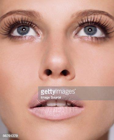 Woman looking up : Bildbanksbilder